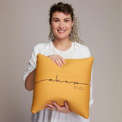 Almofada-Classic-Abraco-Amarelo-Euliricas-Com-Capa